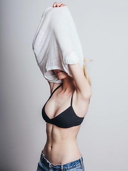 Hot girl takes off shirt — photo 12