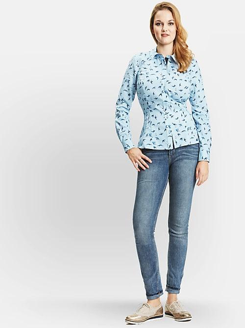 141742e154 Mulheres com seios grandes tem muito problemas com blusas de botão. Esta é  um exemplo perfeito de como o corte certo da blusa pode mudar um visual.