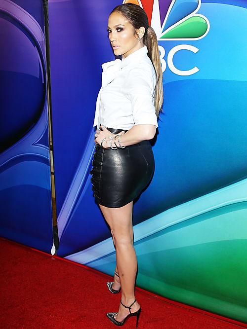 Für Jennifer Lopez ist ihr pralles Hinterteil zum Markenzeichen geworden.  Der kurze Ledermini zieht alle Blicke auf sich. Die spitzen High-Heels  strecken ... 927fa29b39