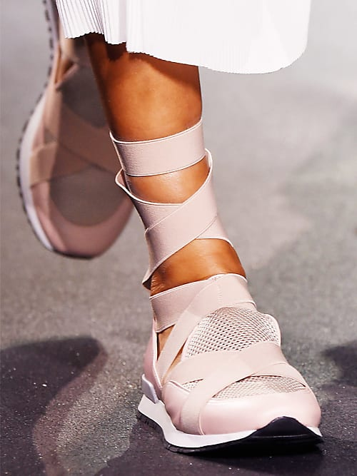weiße Sneaker sind der Renner in diesem Frühjahr Sommer