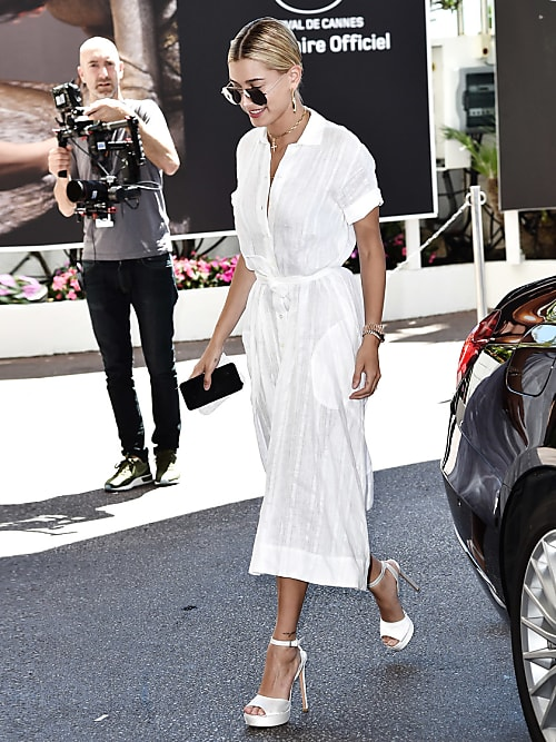 afca484d80 Get the look   Hailey Baldwin en robe portefeuille à Cannes