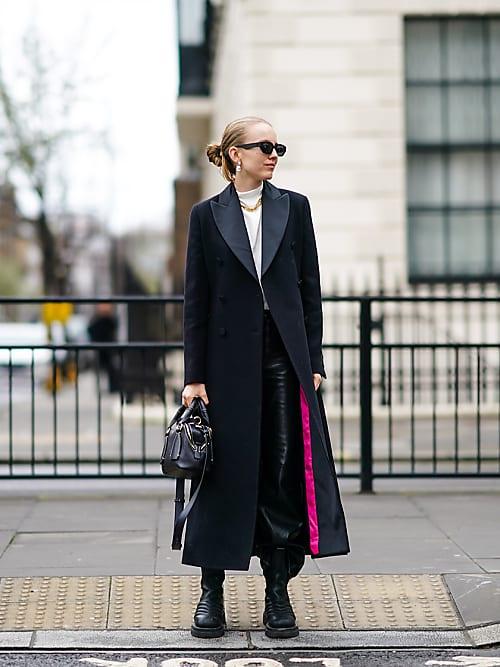 Donna In Cappotto Nero In Piedi Sul Dietro Street