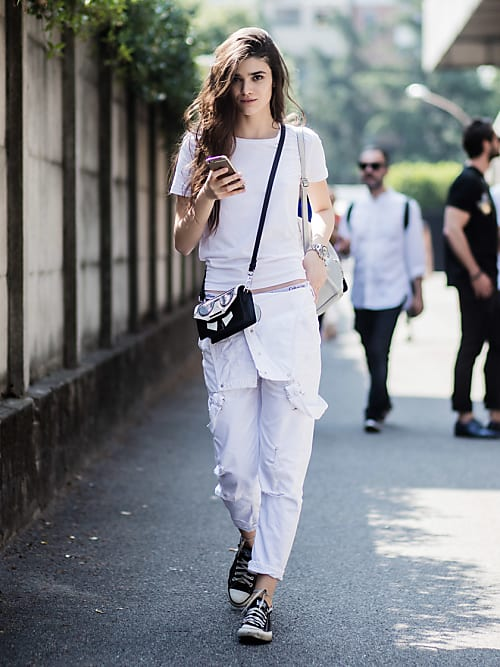 6002e2e5d802d Ein Model bei der Mailänder Fashion Week in weißen Boyfriend Jeans