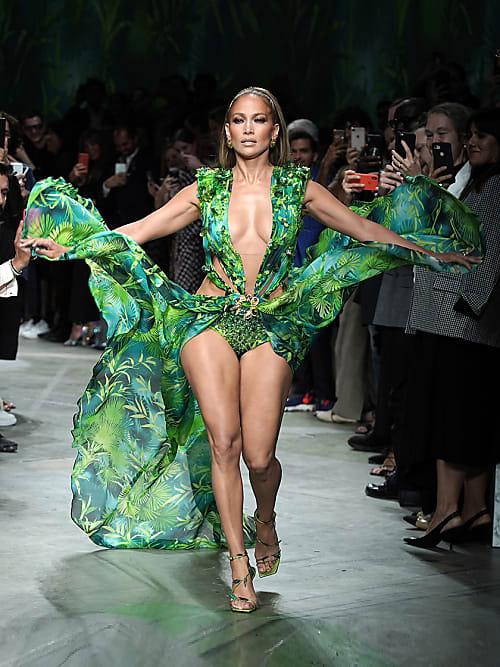 Alles Uber Jennifer Lopez Grunes Versace Kleid Stylight