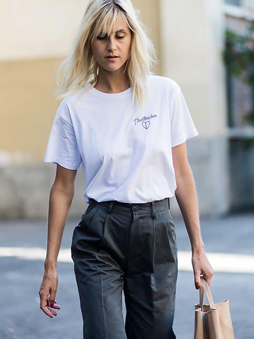 3ded7a2cba4ef Bloggerin Linda Tol bei der Men´s Fashion Week im Effortless-Look in einem  T-Shirt mit Mini-Print