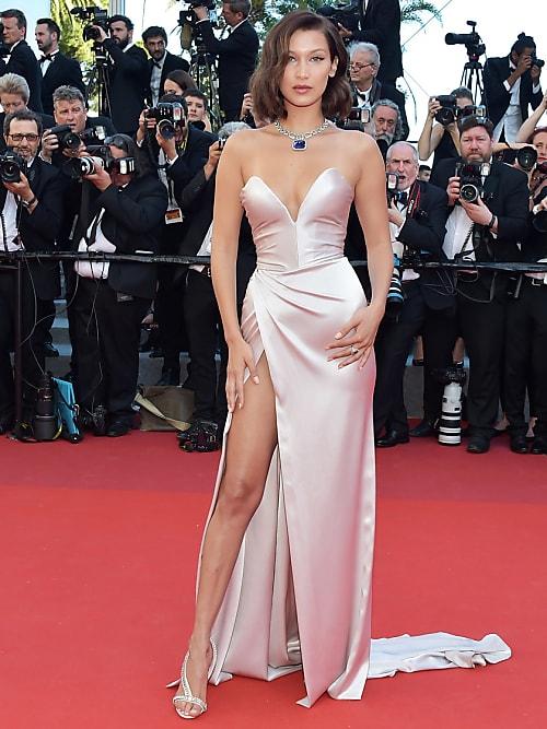 Bella Hadid azzarda anche quest\u0027anno uno spacco vertiginoso con l\u0027abito di  Alexandre Vauthier. Mai visto un vestito rosa cipria più hot!