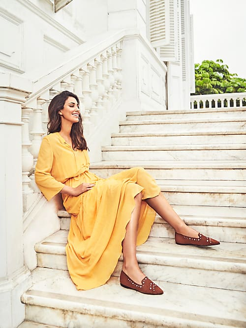 b30346185869 Entspannt sitzt die Modeikone auf den Stufen des Osma Museums und setzt  dabei die braunen Loafer mit Nieten perfekt in Szene.
