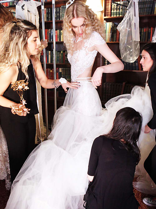 54c4dbfc2327 Bei so wichtigen Fragen, wie der nach dem perfekten Brautkleid, kann man  sich schnell mal überfordert fühlen. Unsere Brautkleid-Expertin Christina  Zauchner ...