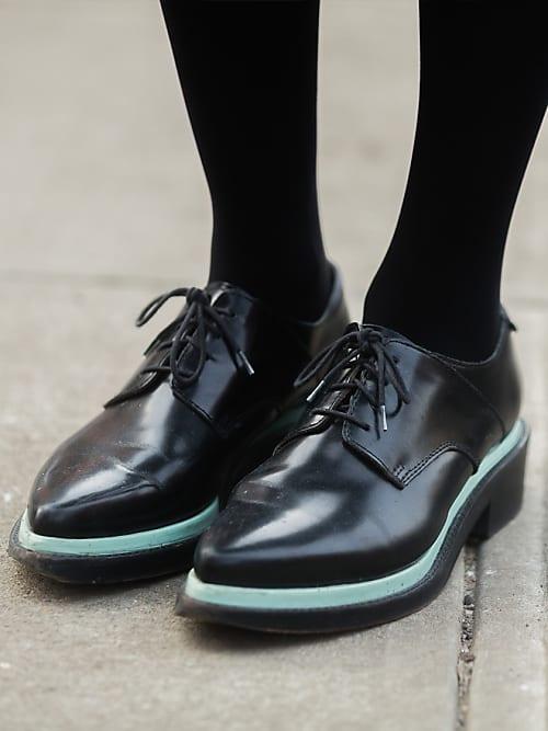 So trägt man Schuhe im Tomboy Style | Flache schuhe, Schuhe