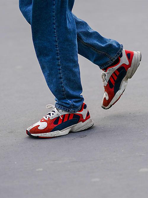 Sneakers im 90ties Vibe sind diesen Sommer ein Must Wear