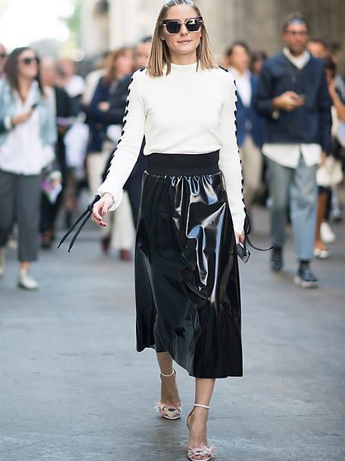 Olivia si dirige alla sfilata di MSGM a Milano in un outfit black \u0026 white  composto da maglione lace,up, gonna a ruota vinyl e sandali alti con  cinturino