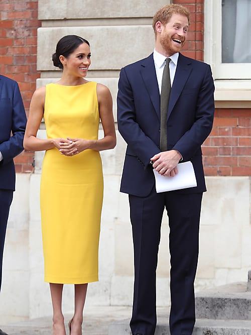 simple robe jaune fourreau sans manche Meghan Markle