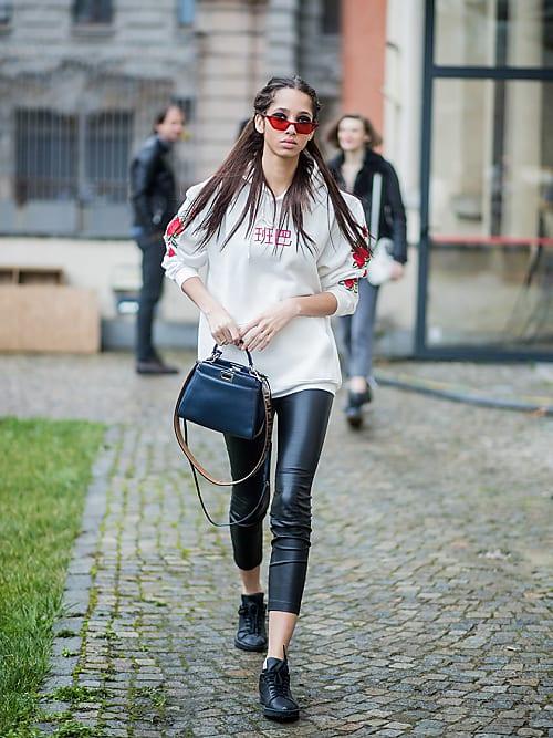 newest ed3a4 0248c Felpa over e pantaloni di pelle: il fashion mix del momento ...
