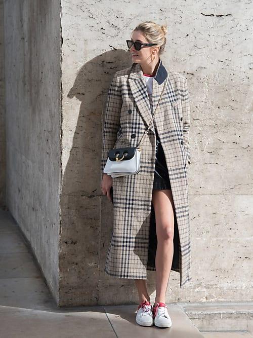 76286bef8a0518 Un cappotto lungo fino ai piedi e dal taglio maschile è perfetto per tenere  le gambe al caldo e slanciare la figura, nonostante indossiate gli shorts.
