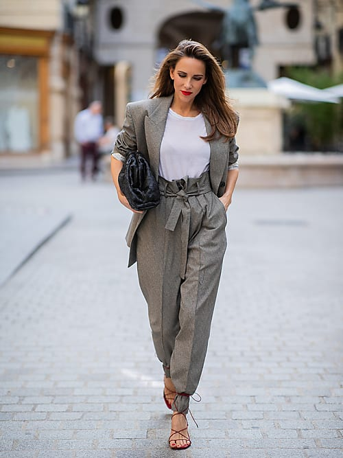 Sandali allacciati sui pantaloni: il nuovo trend da It Girl