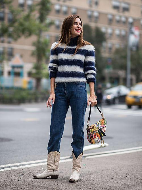 Come indossare e abbinare stivali marroni con jeans neri