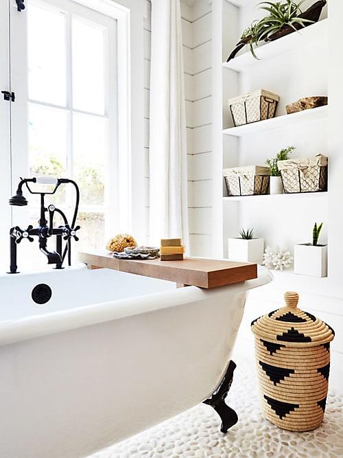 pas facile damnager sa salle de bain miniature quand les magazines de dco prsentent toujours des salles deau xxl avec baignoire double vasques et