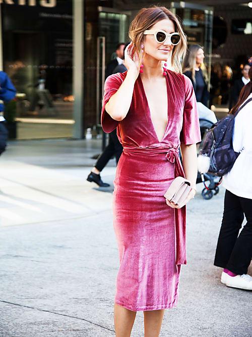 403244b5f279 La fashion blogger Kate Waterhouse opta per un abito midi in velluto anche  sotto il sole australiano. Meglio puntare