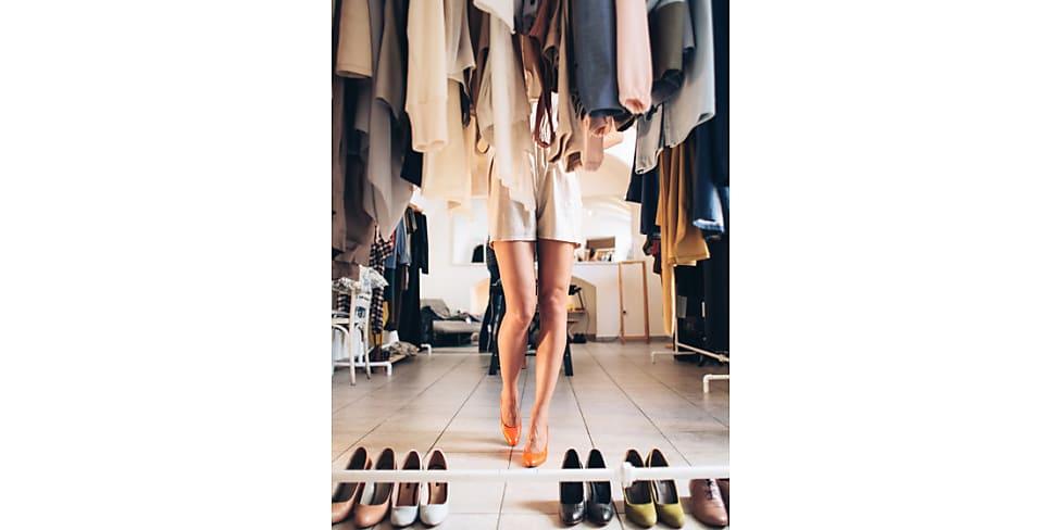 chaos im kleiderschrank mit diesen 10 tipps l st du es sofort stylight. Black Bedroom Furniture Sets. Home Design Ideas