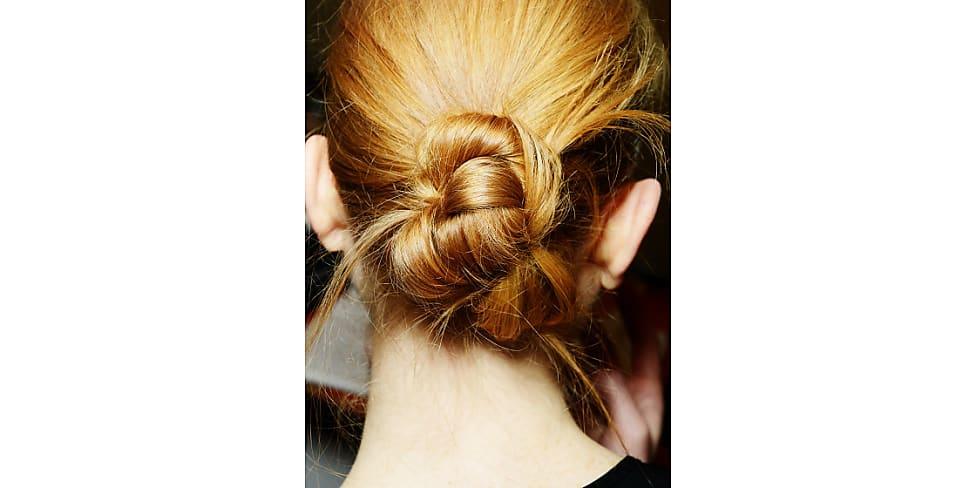 The New Messy Bun Eine Anleitung Für Schulterlanges Haar Stylight